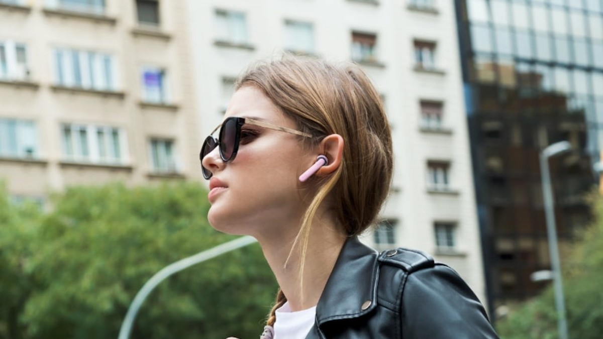 JBL TUNE 220TWS Wireless Earbuds combine true sound with exquisite design