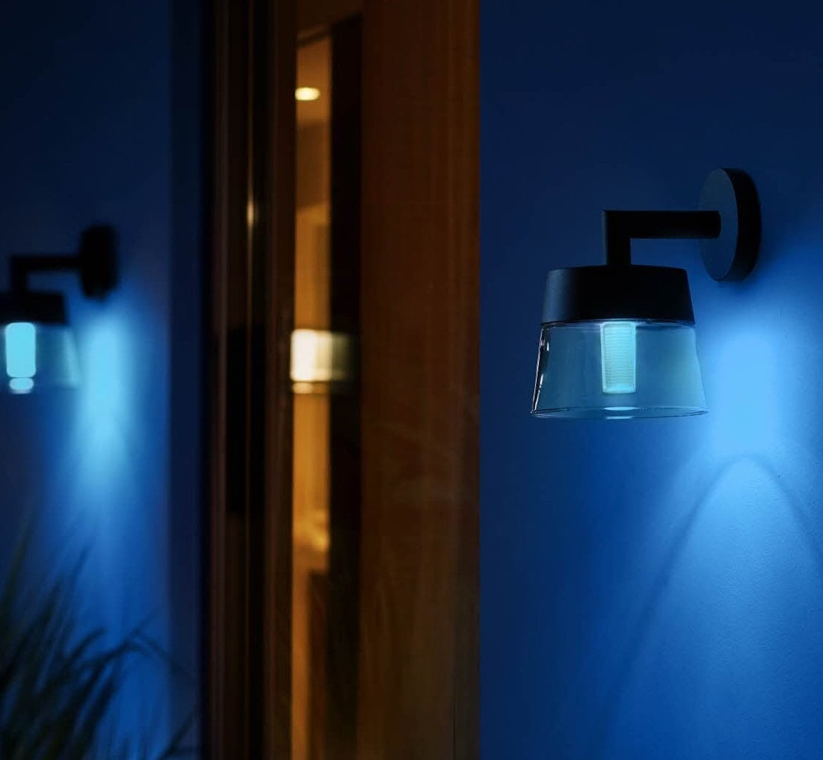 Philips Hue Attract Glass Outdoor Lamp shines a beautiful arc of light on your wall