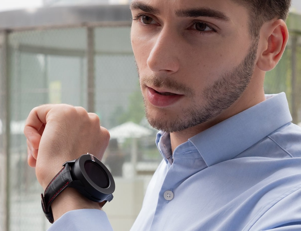 VOIXATCH Bluetooth Headset Smartwatch comes with a customizable bezel that takes phone calls