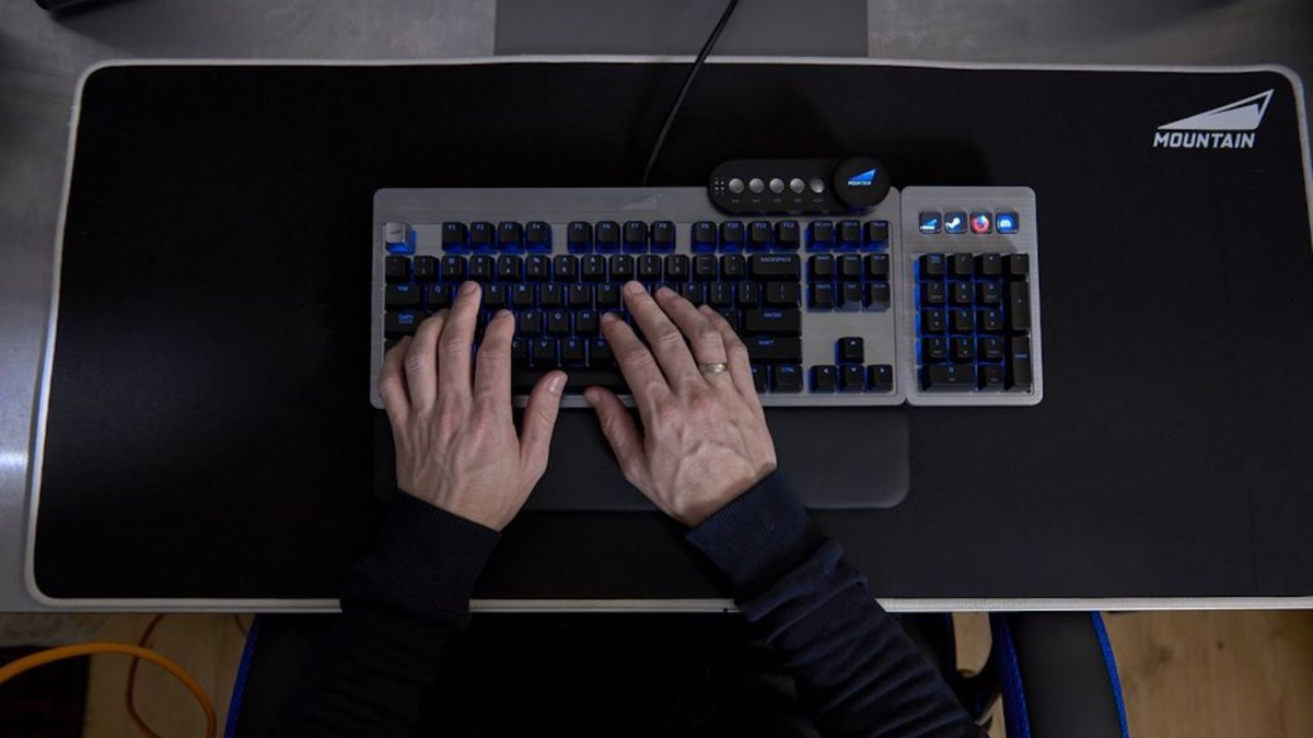 Everest Fully Customizable Gaming Keyboard features a detachable numpad