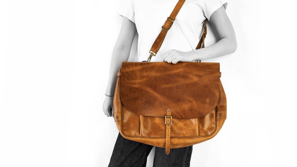 Shecane US Mail Leather Bag comes in both 13″ and 15″ laptop sizes