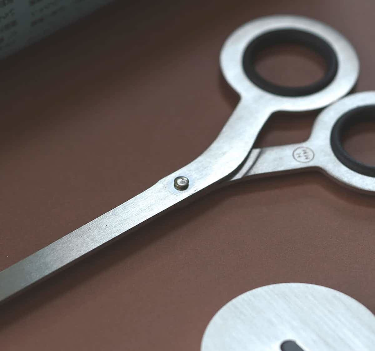 HMM 2-in-1 Minimal Scissors have a standing base that displays them