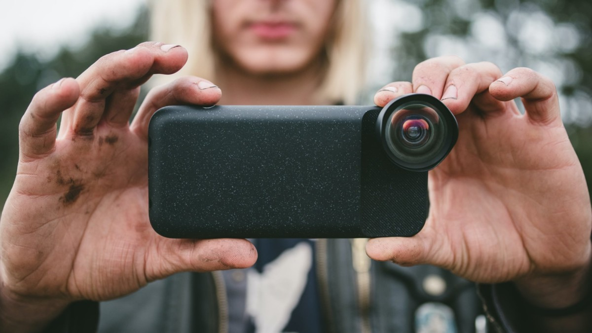 Moment iPhone Battery Case Powered Shutter Button Cover has a built-in power bank