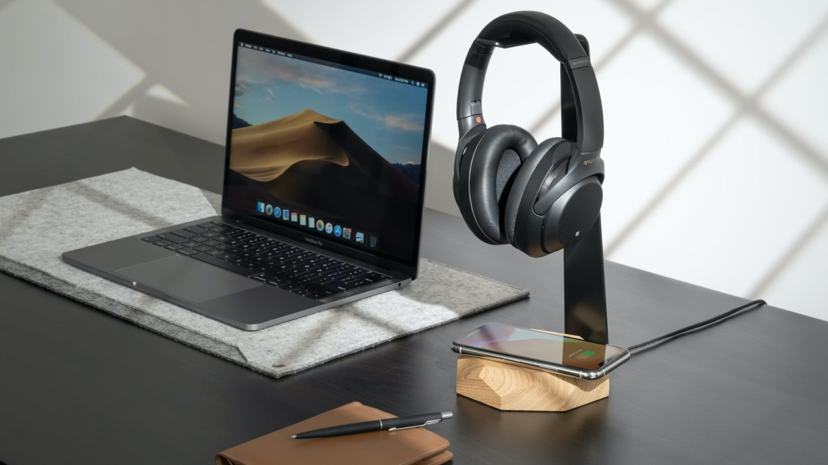 Oakywood 2-in-1 Headphone Stand and Charger offers up to 10W of power