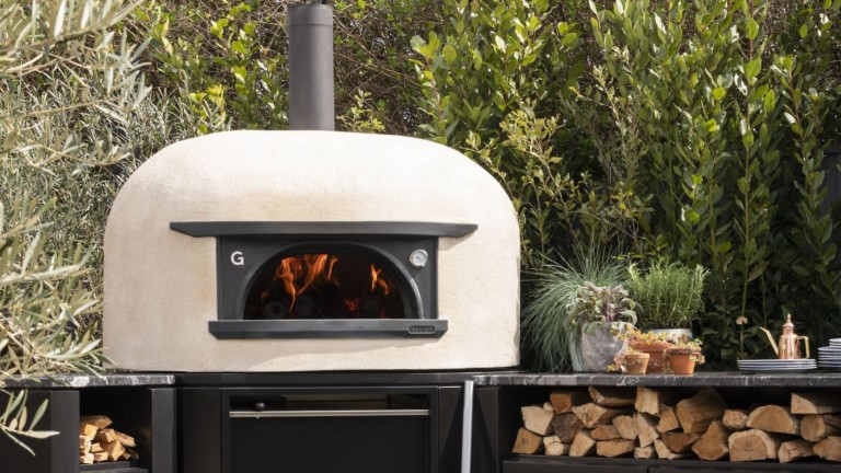 This freestanding outdoor oven cooks pizza like a pro
