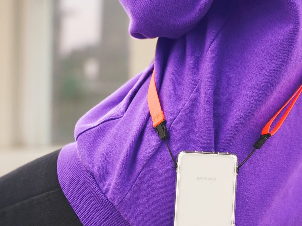 Ringke Shoulder Strap Nylon Device Carrier gives you hands-free access to your smartphone