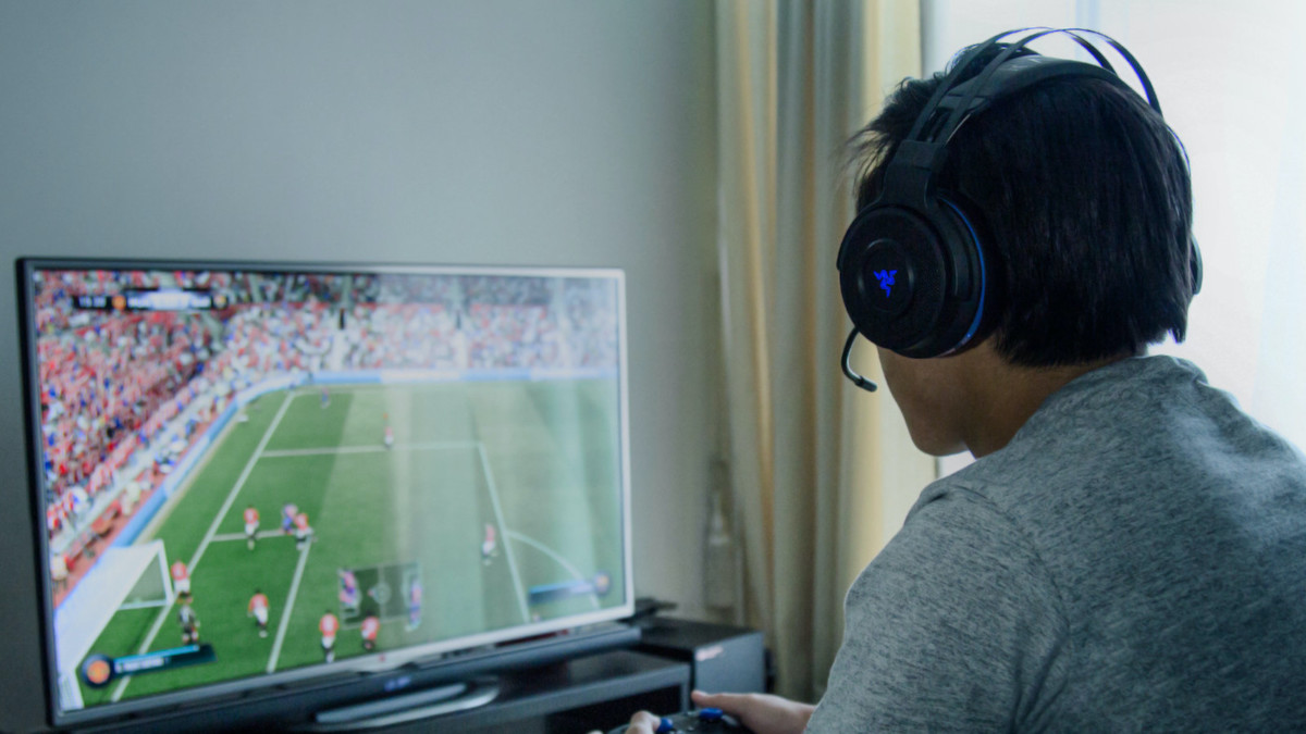 Razer Thresher Xbox One Wireless Headset works for up to 16 hours on a single charge