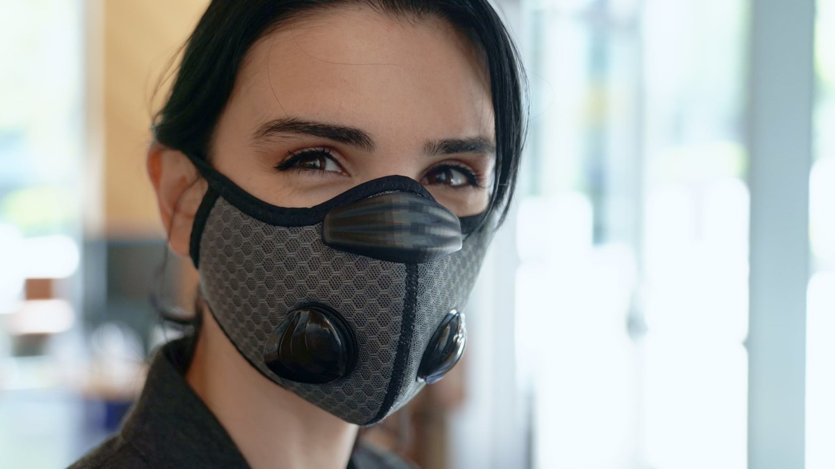 Breeze Cooling Face Mask uses gold and silver filters