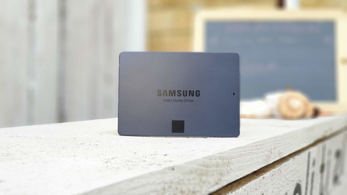 Samsung 860 QVO Terabyte SSD reads at a maximum speed of 560 MB/s