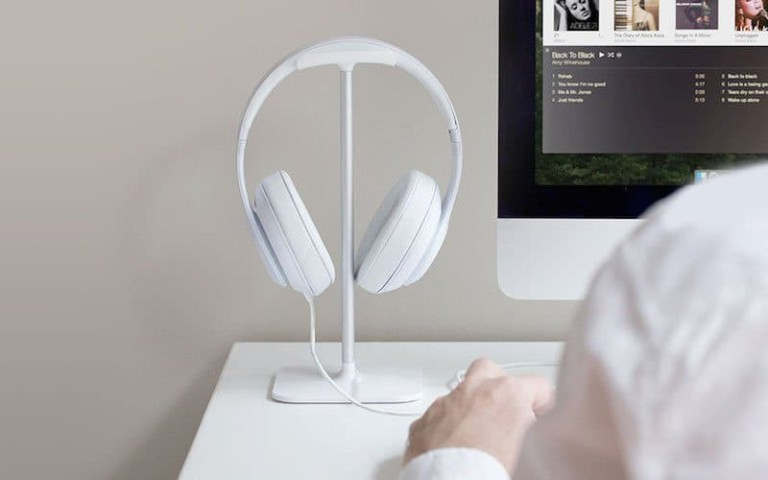 """Bluelounge Posto headphone stand """"aria-descriptionby ="""" gfl-post-gallery-11 -432222 """"/> Bluelounge Posto headphone stand on a white desk <img loading="""