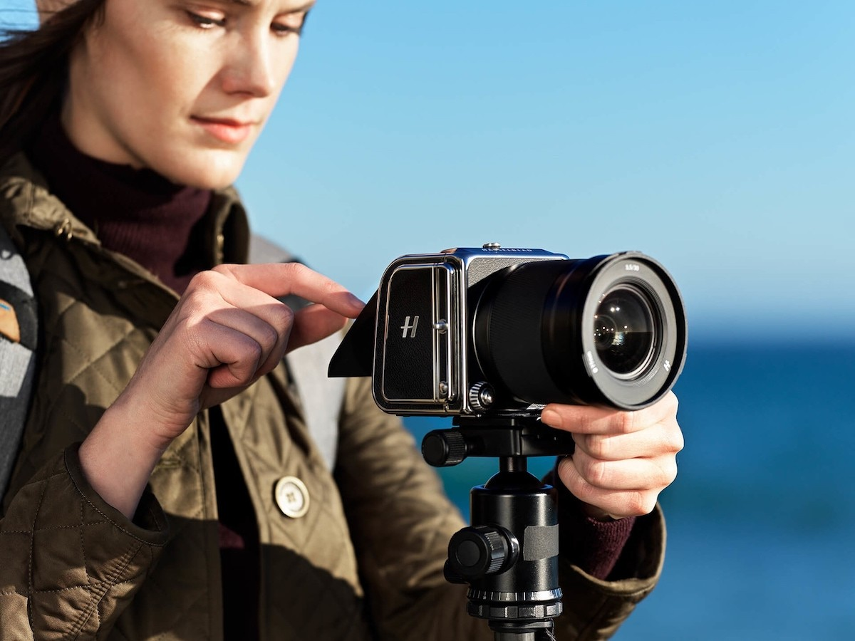 Hasselblad 907X 50C small mirrorless camera is thin and lightweight