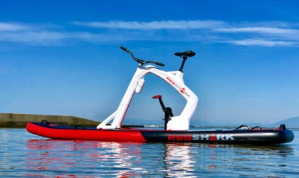 Red Shark Bikes profite d'un stand up paddle gonflable