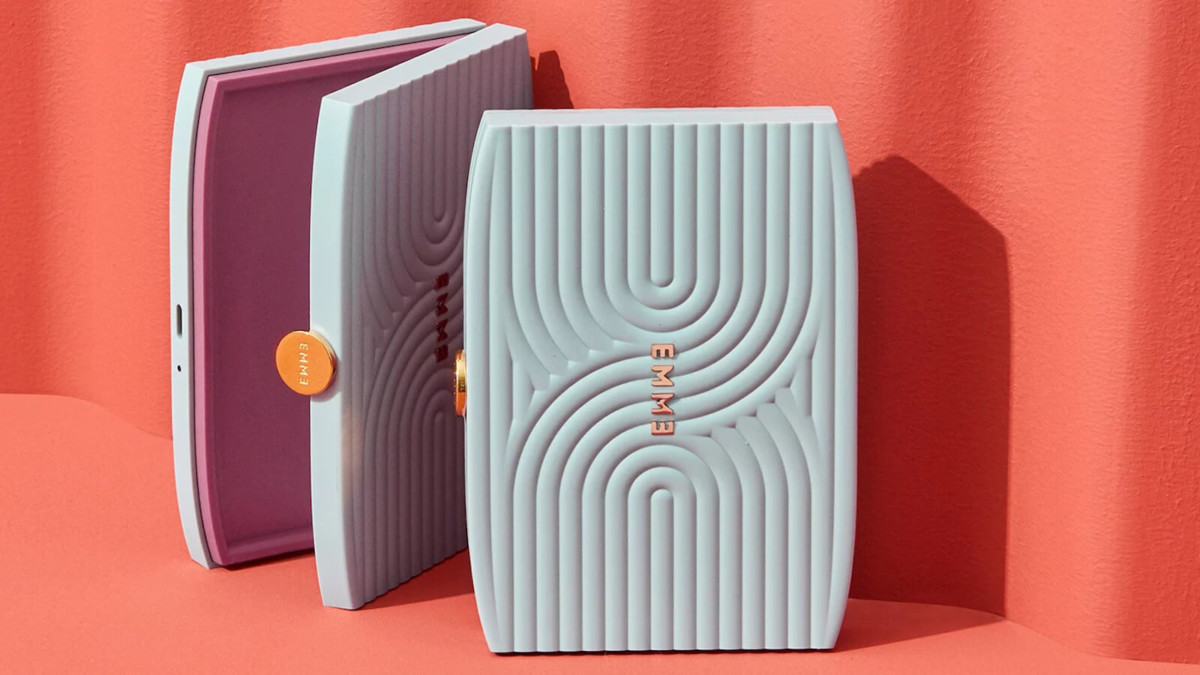 Emme Smart Case birth control holder helps you miss fewer pills and track them