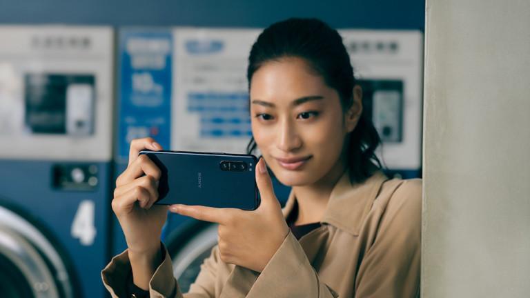 Sony Xperia 5 II OLED phone has a triple lens camera