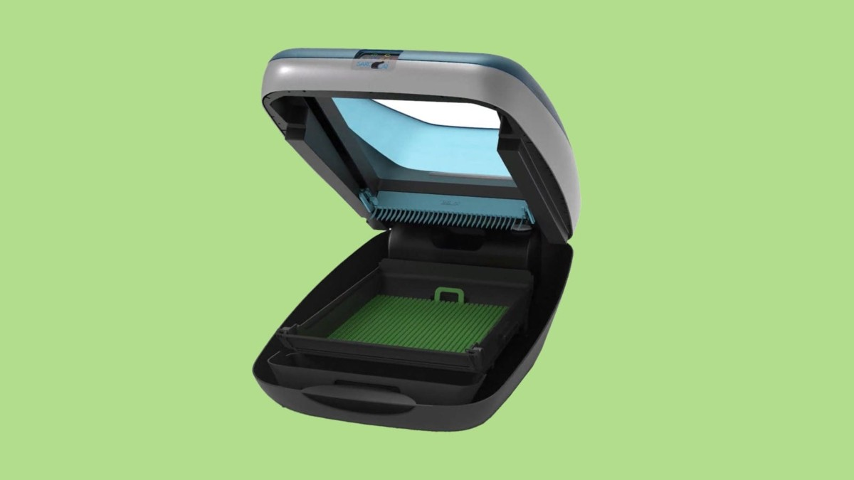 SaroCat Royal self-cleaning litter box doesn't require litter