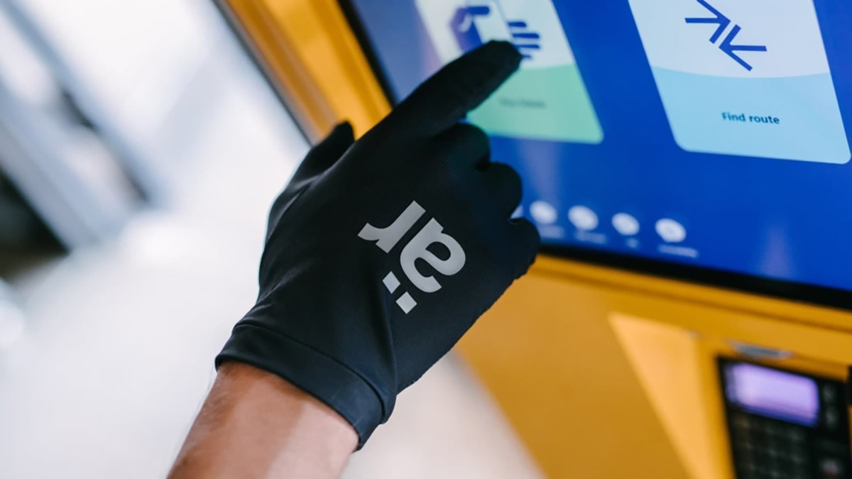These self-cleaning gloves have a comfortable design
