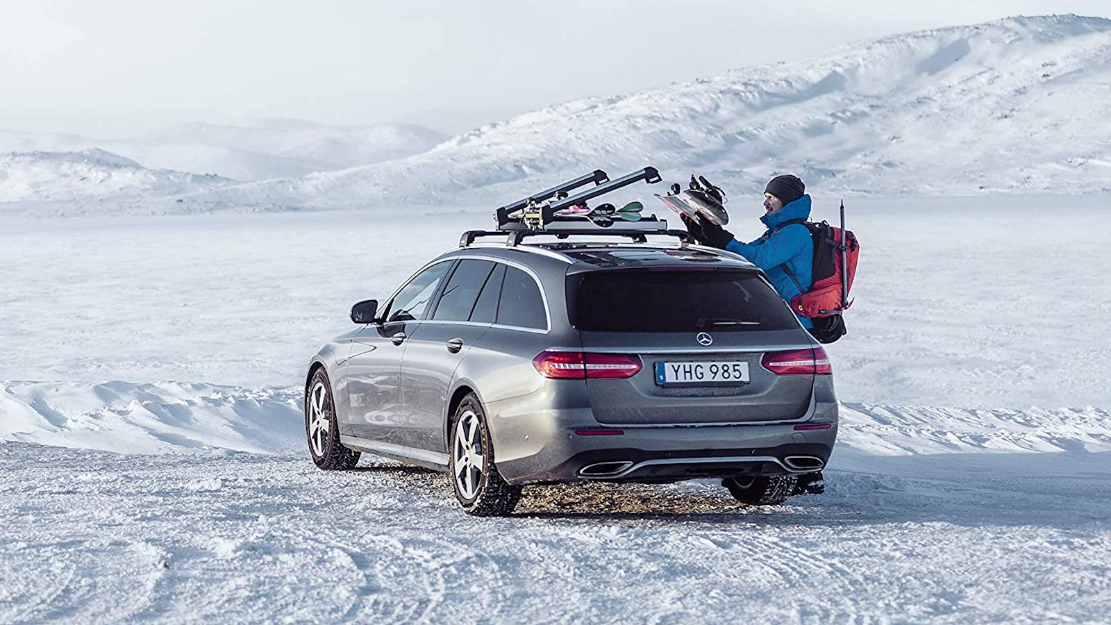 Thule Ski & Snowboard Car Rack features an adjustable clearance with large bindings