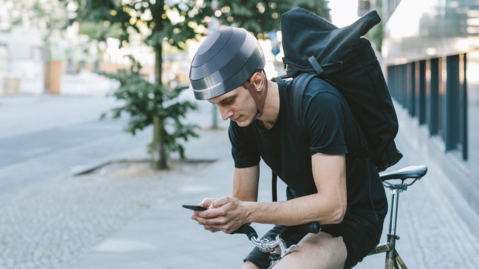 WertelOberfel ESUB Tracks Smart Helmet features a self-adjusting fitting system