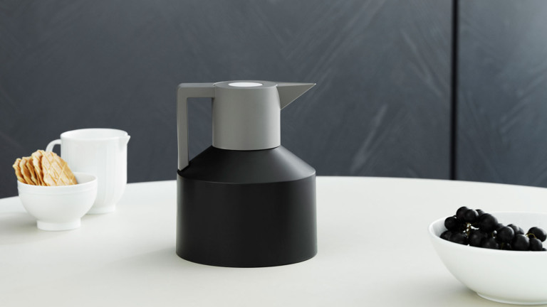 Normann Copenhagen Geo Vacuum Jug can hold the temperature of both hot and cold drinks