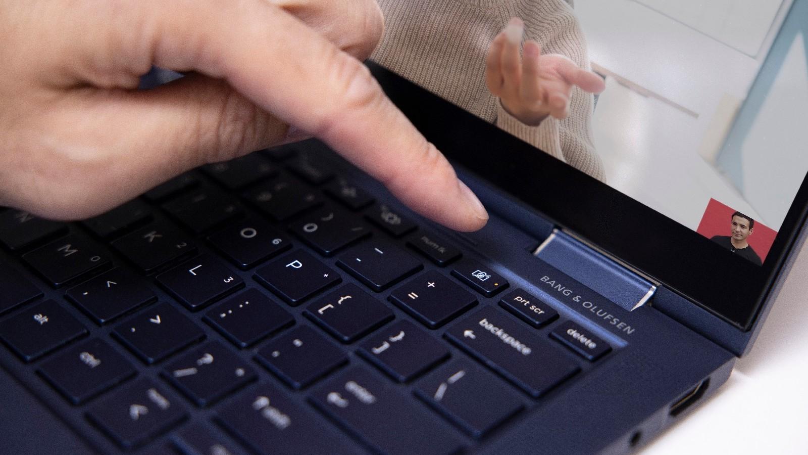 HP Elite Dragonfly G2 laptop weighs only under a kilogram