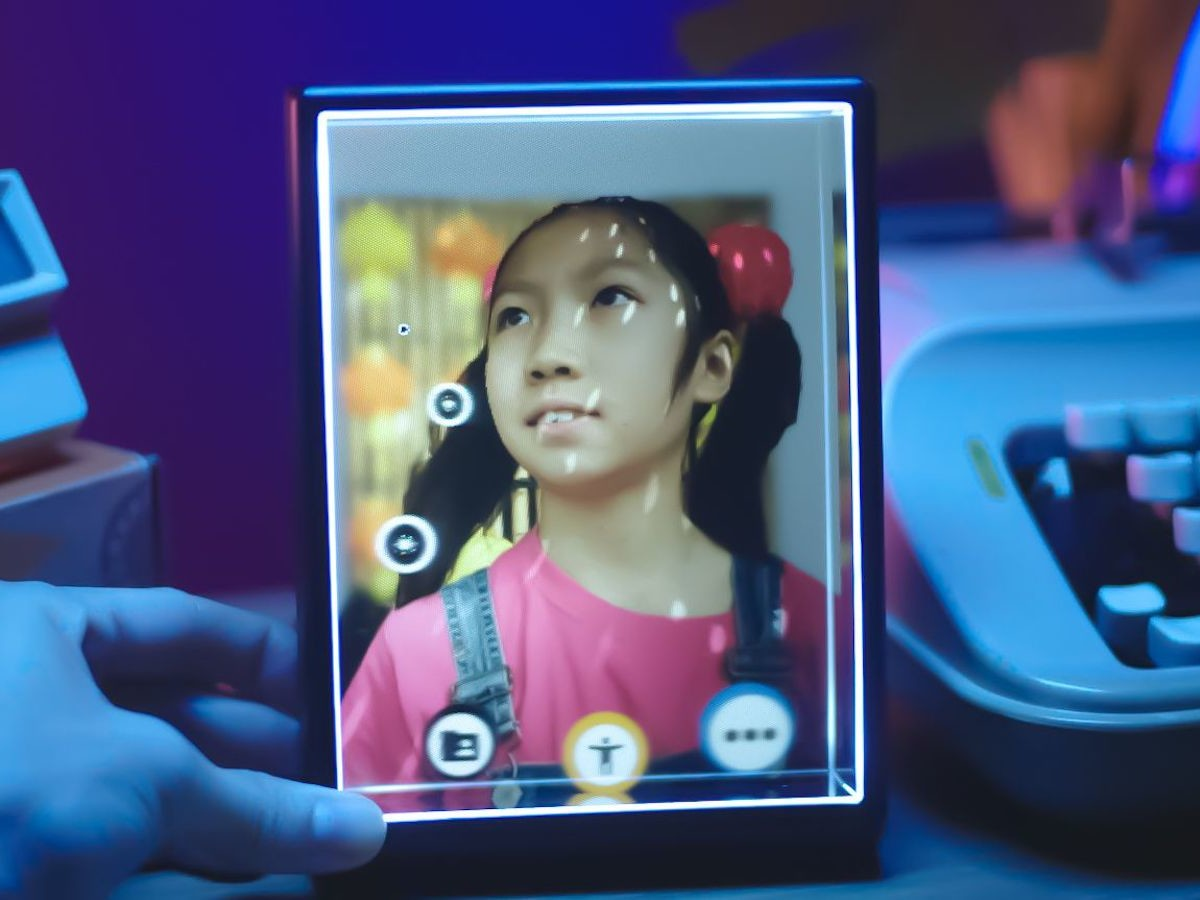 Looking Glass Portrait personal holographic display portrays videos and images in 3D