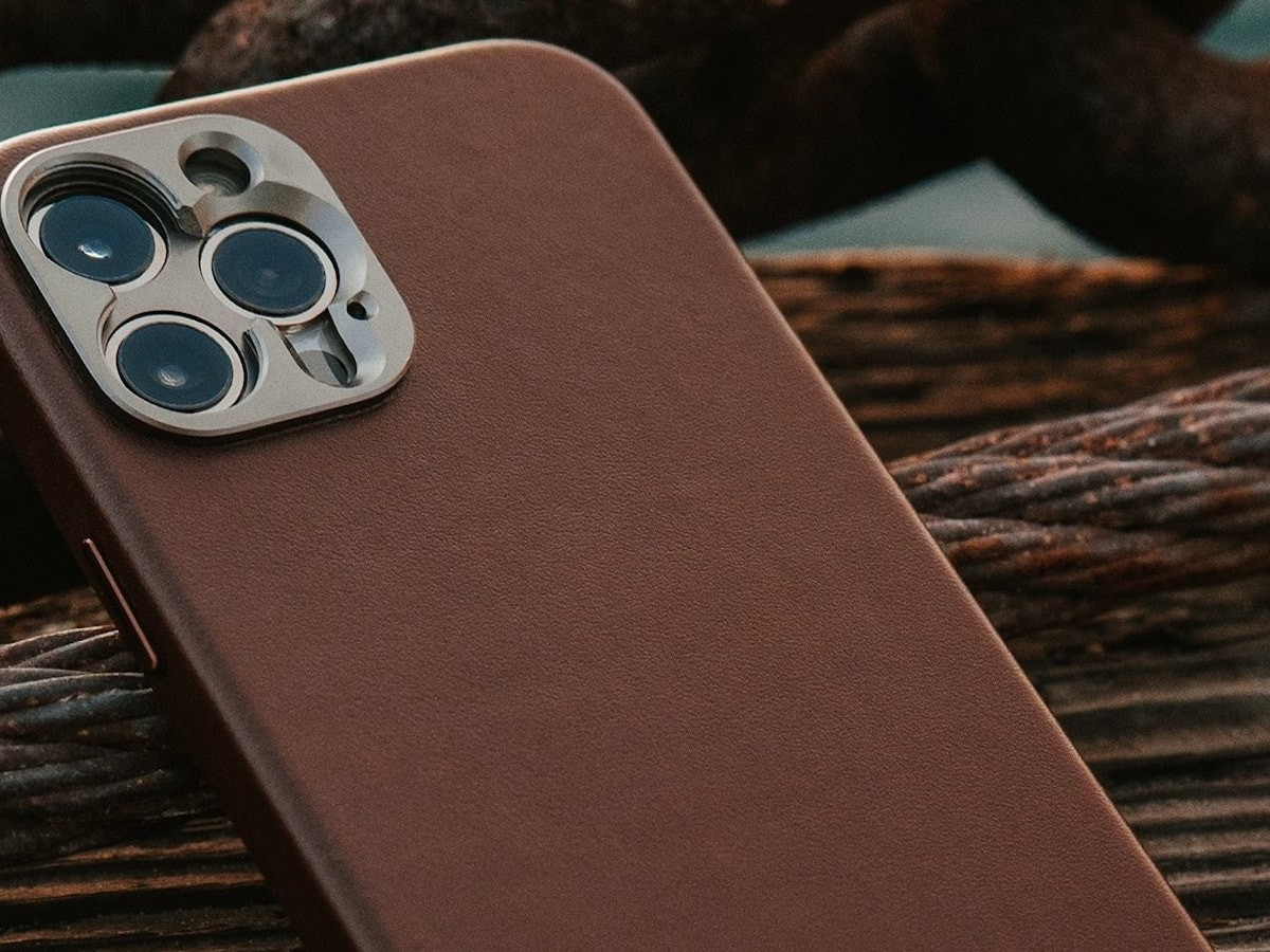 SANDMARC Pro Leather Case for iPhone 12 Pro & Pro Max has a magnet-enabled design