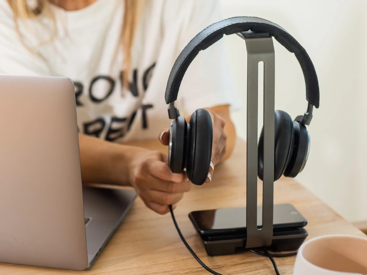 Raptic Rise Charging Headphones Stand features a base pad that charges your phone at 12W