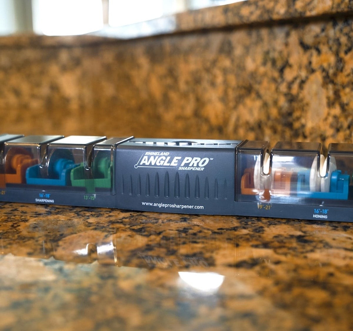 This new knife sharpener puts the right angle on any knife thumbnail
