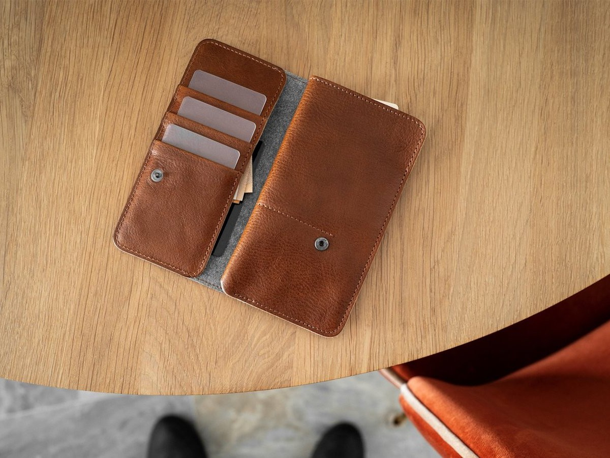 hardgraft Mighty Wild iPhone 12 Case protects your device and holds credit cards thumbnail