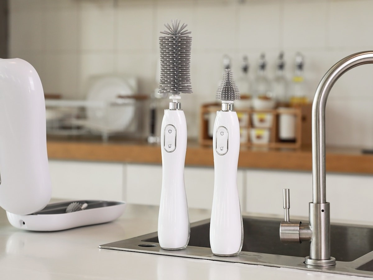 Goodpapa N10 UVC-sterilizing bottle brush comes in a case to ensure anywhere hygiene