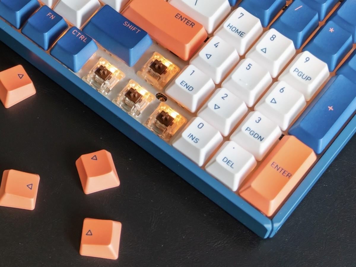 IQUNIX F96 Coral Sea Wireless Mechanical Keyboard has dynamic RGB backlighting