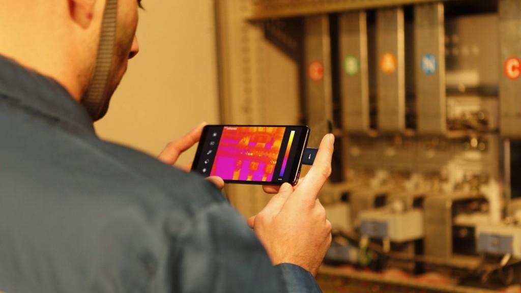 InfiRay T2L thermal imaging smartphone camera