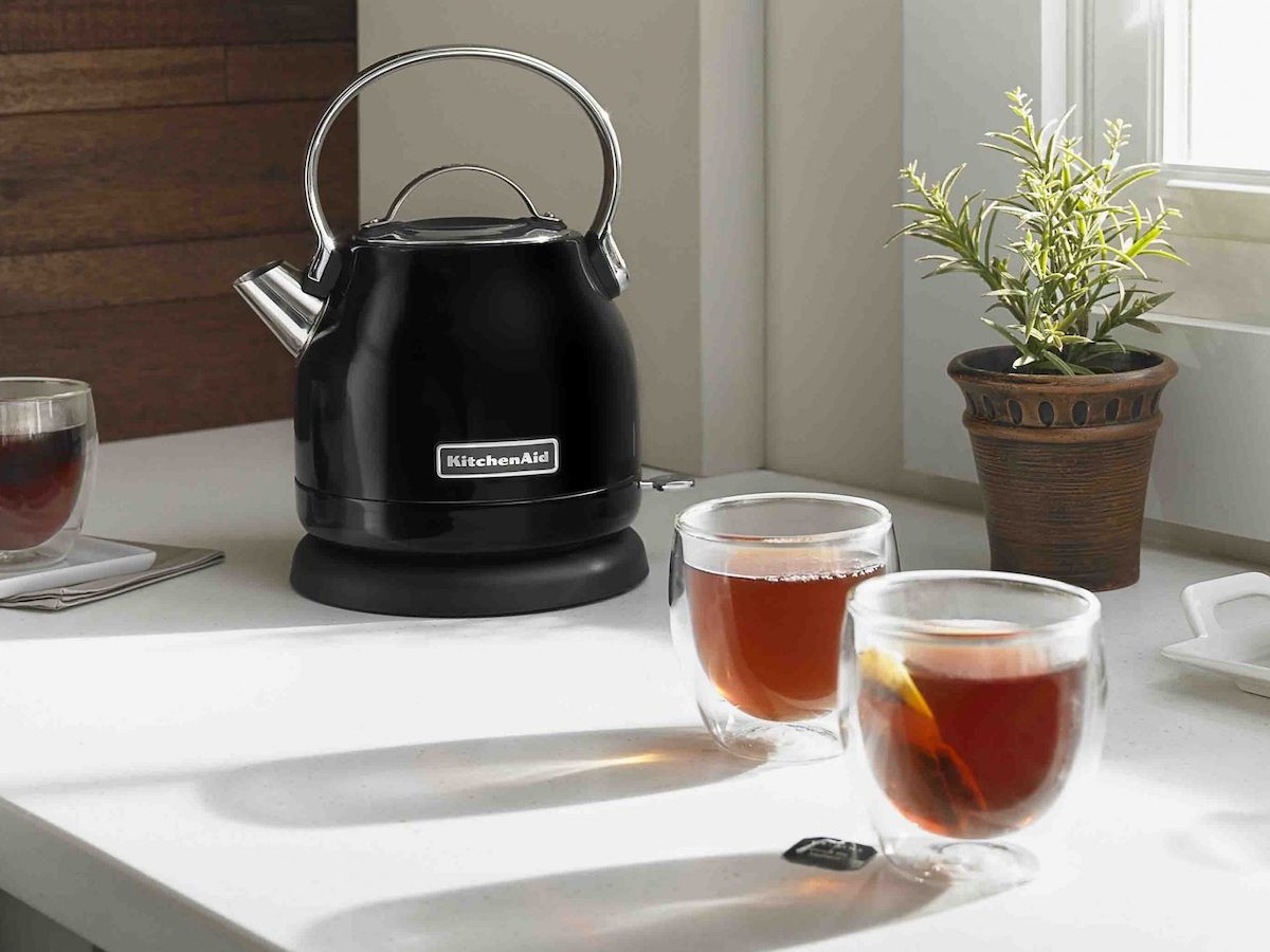 KitchenAid KEK1222 electric kettle has a removable limescale filter