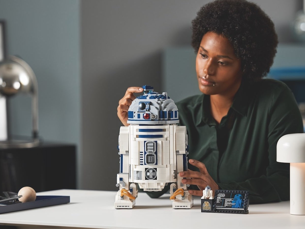 LEGO Star Wars R2-D2 construction set boasts authentic features, such as a rotating head thumbnail