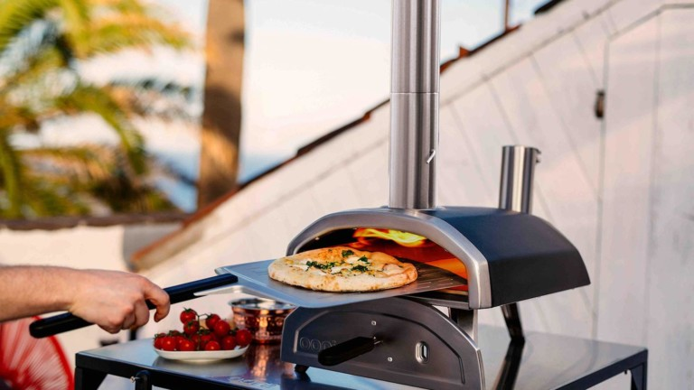 Ooni Fyra 12 wood pellet pizza oven reaches 950° F and cooks pizza in 60 seconds