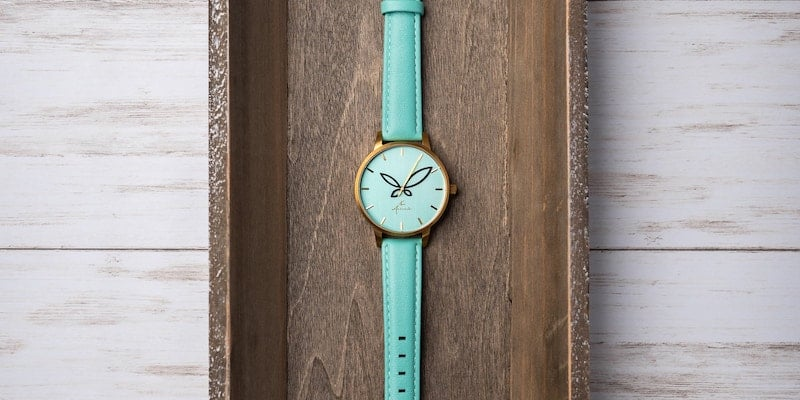 This minimalist women's wristwatch is what you want in your jewelry collection Arévalo Watches Folium minimalist women's timepiece