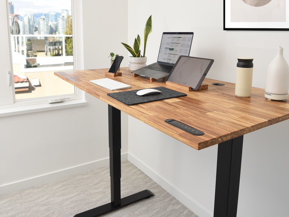 EFFYDESK Business Office Sit Stand Desk offers lower sitting and higher standing positions