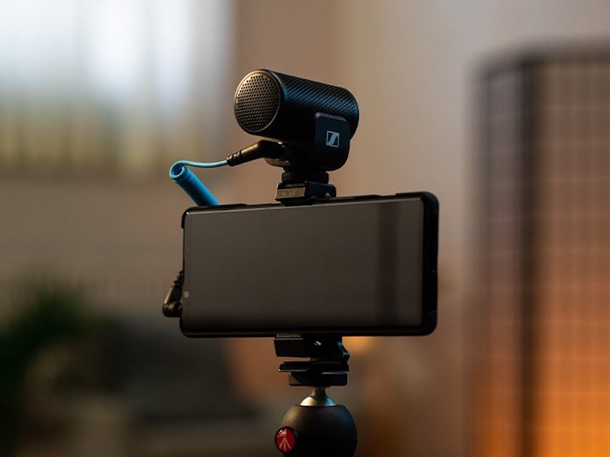 Sennheiser MKE 200 Mobile Kit has a directional on-camera microphone and Smartphone Clamp