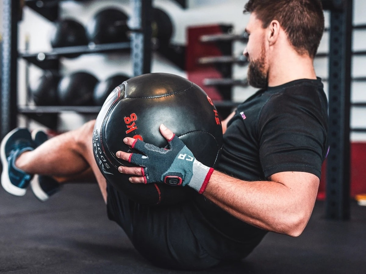 Shape.Care Gym Gloves innovative fitness tracker monitors reps, HR, & more in real time