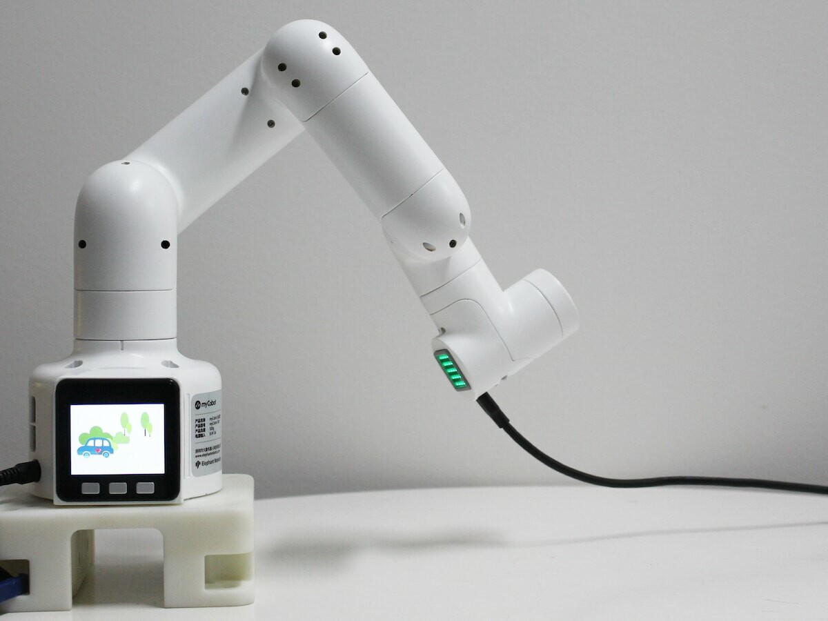 Elephant Robotics myCobot collaborative robot is super small and lightweight with 6 axes