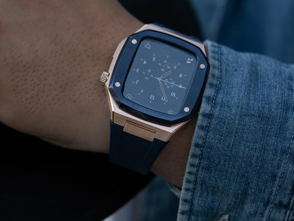 Golden Concept SP44 Apple Watch Case has a stainless steel design that suits any occasion