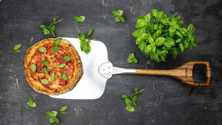 BOSKA Pizza Peel Shovel uses oak and aluminum and keeps your hands far from heat