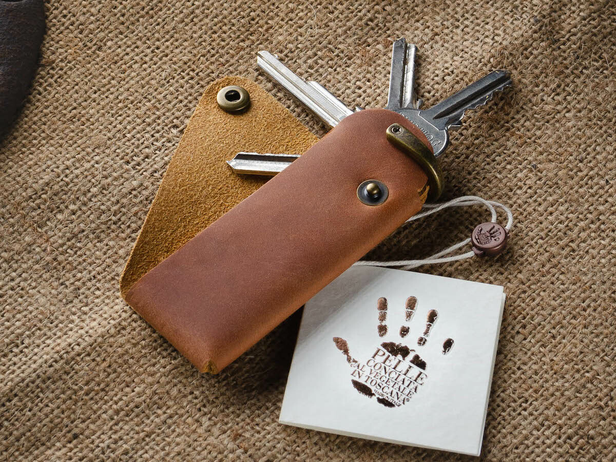Crazy Horse Craft Minimalist Key Holder features premium vegetable-tanned leather