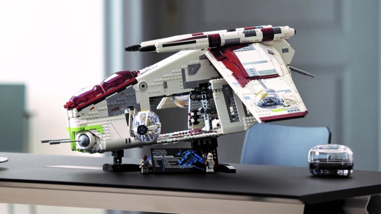 LEGO Republic Gunship Star Wars building set lets you recreate the Battle of Geonosis