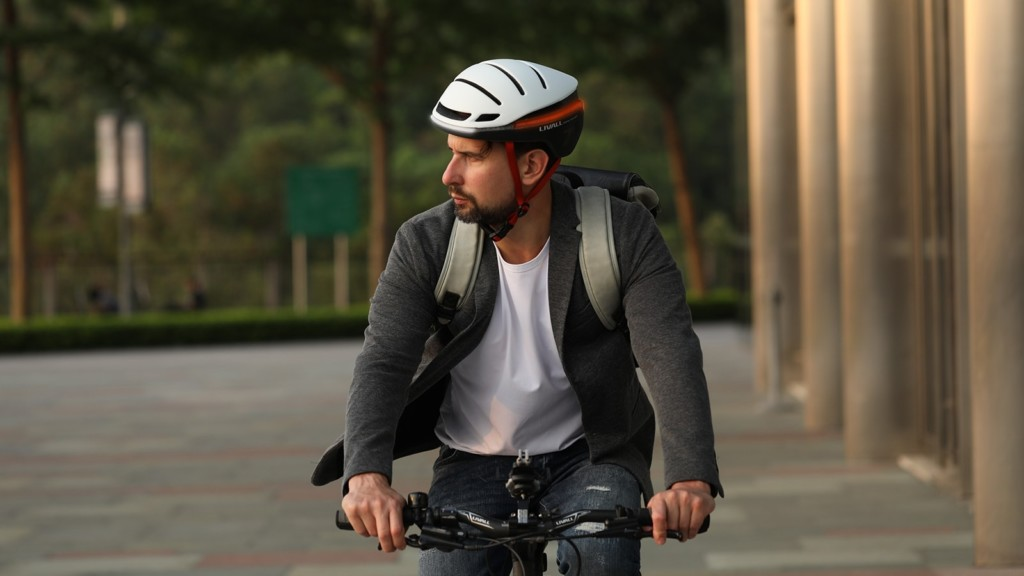 LIVALL EVO21 smart helmet has LED turn signaling and can send emergency texts