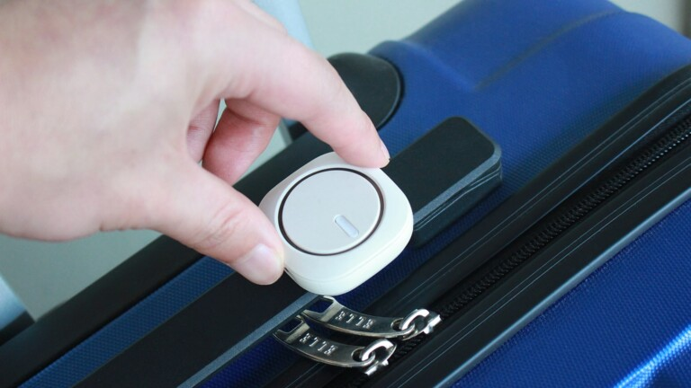 MoFinderX1 real-time GPS tracker lets you keep track of people, pets, and belongings