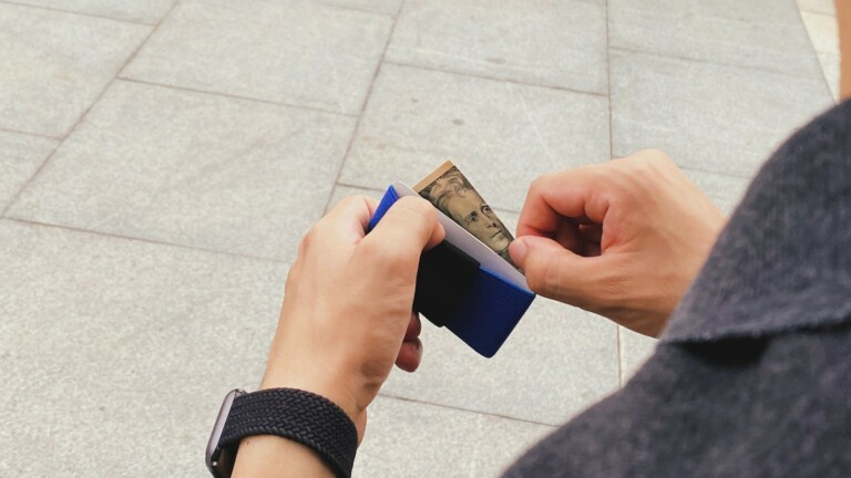 E-01 Wallet slim & lightweight cardholder has the ability to expand and hold more cards