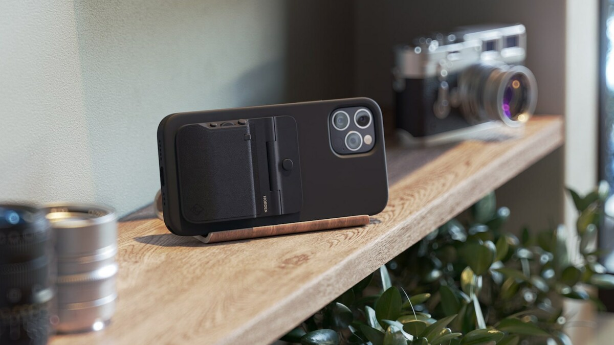 This pocketable iPhone camera grip makes your iPhone feel just like a real camera