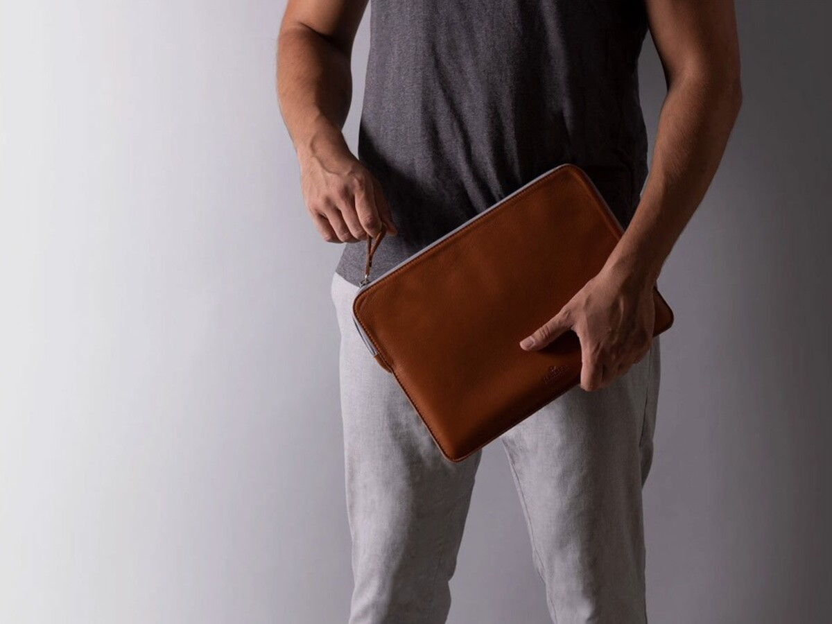 Harber London Slim Leather Folio Case No. 7 has an antiscratch zipper and elegant look