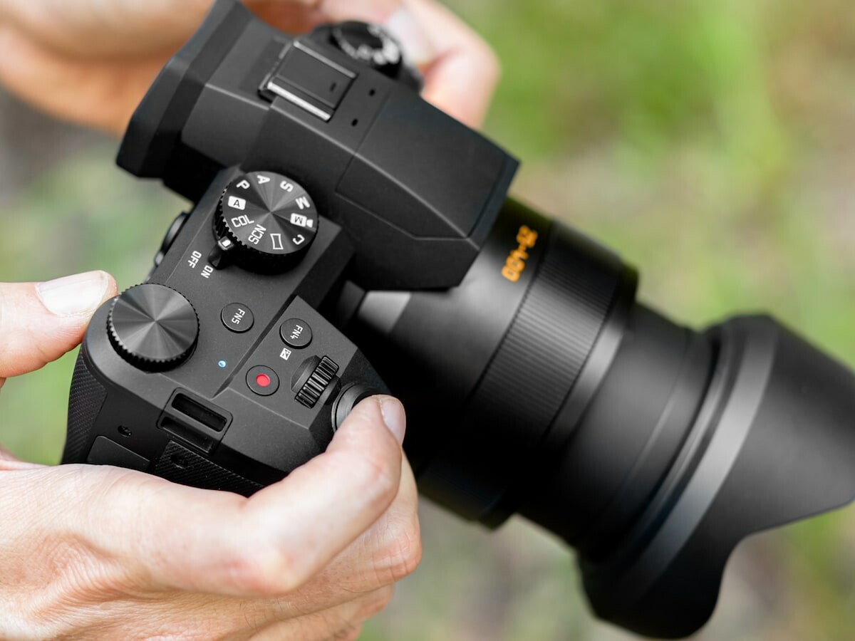 Leica V-Lux 5 professional photography camera features a 1-inch 20-megapixel sensor